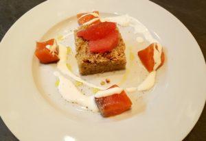 Salmone marinato con insalata di quinoa, pompelmo e panna acida