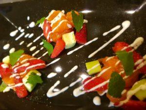 Salmone marinato da noi con fragole, cetrioli, menta