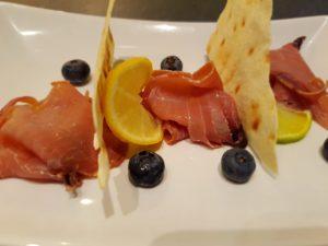 Bresaola di tonno con mirtilli e pane carasau