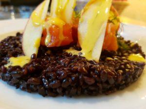 Salmone marinato da noi all'aneto su riso venere con mele e sala alla senape