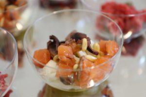 Tartare di salmone marinato con finocchi, olive, pinoli tostati